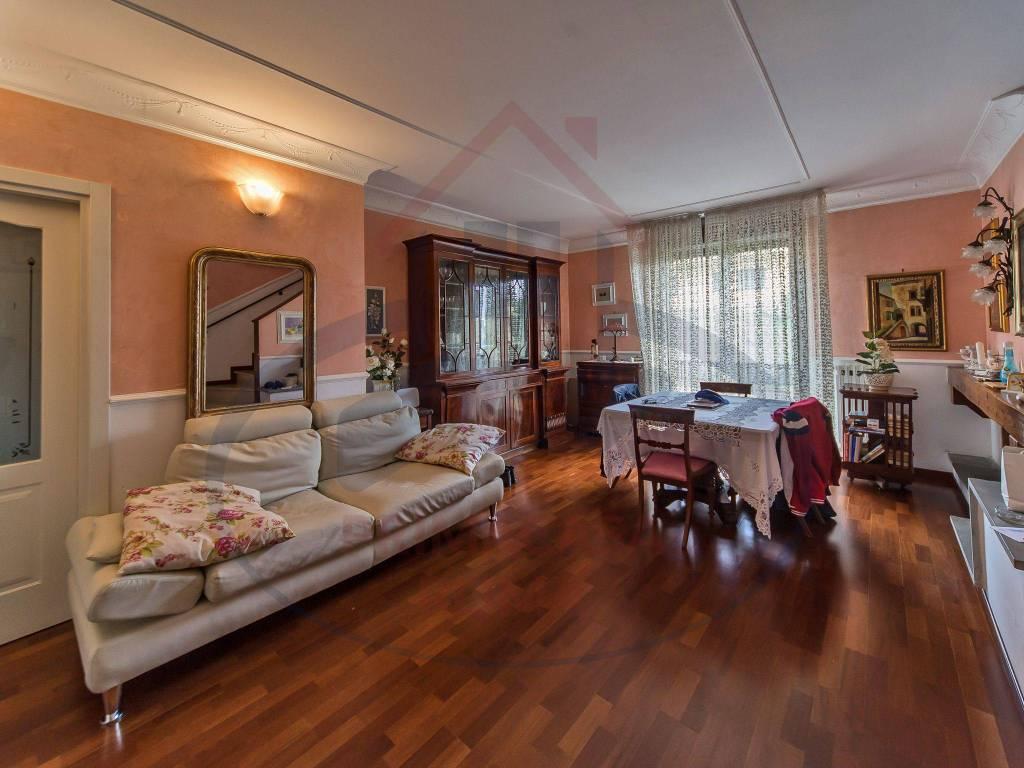 Vendesi appartamento salone con quattro camere