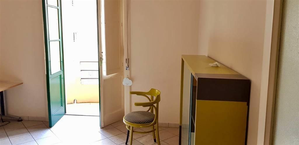Salerno Centro trilocale uso studio