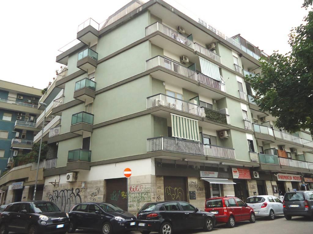 Negozio-locale in Affitto a Bari Semicentro Ovest: 1 locali, 100 mq