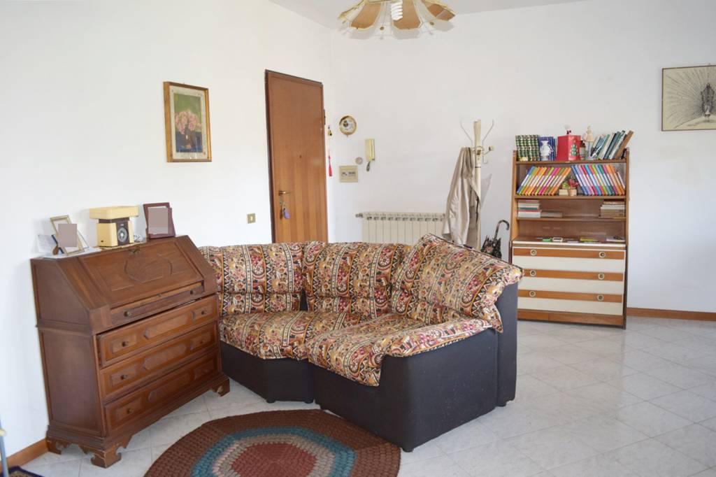 Appartamento in buone condizioni parzialmente arredato in affitto Rif. 8464199