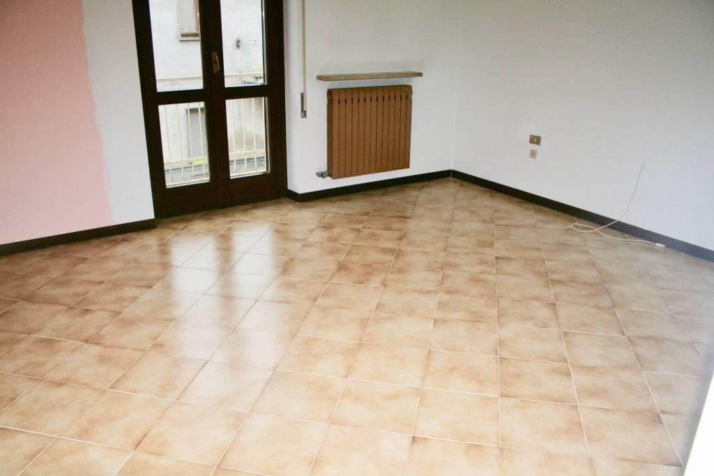 Appartamento in buone condizioni in affitto Rif. 8463648