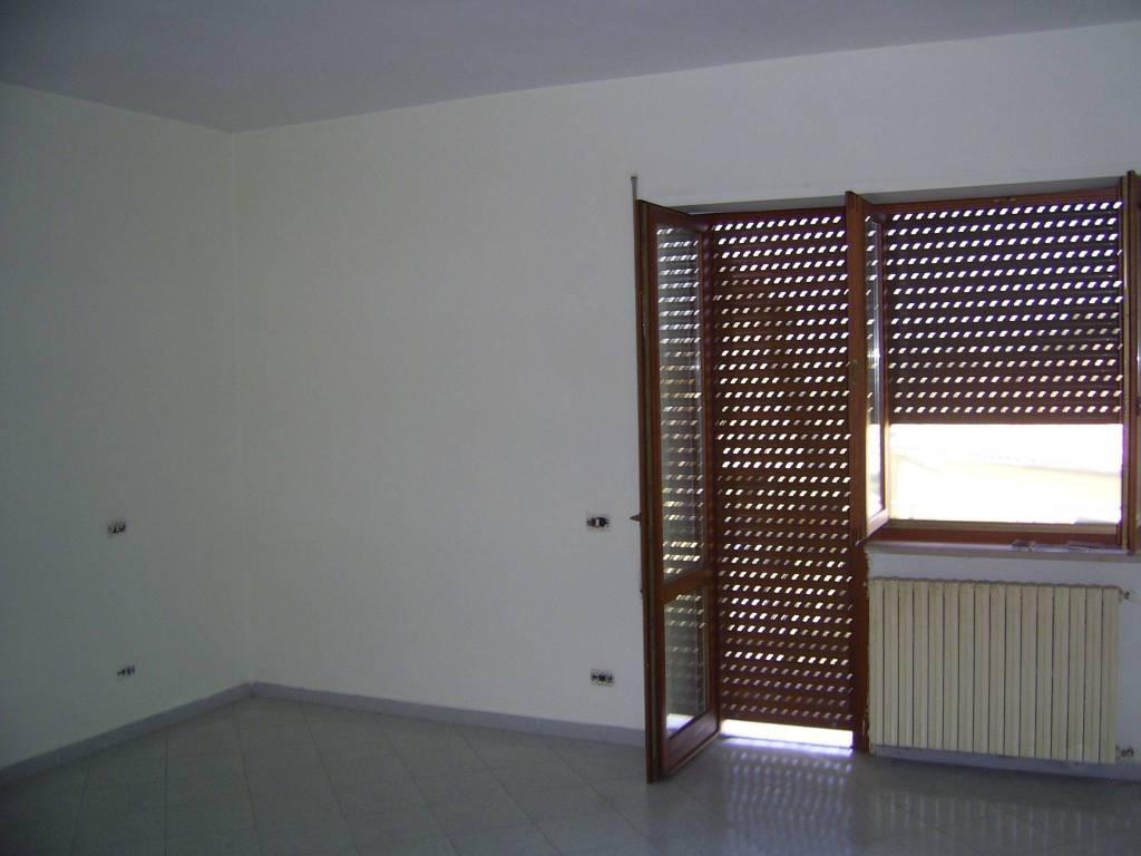 Appartamento in buone condizioni in affitto Rif. 8380924