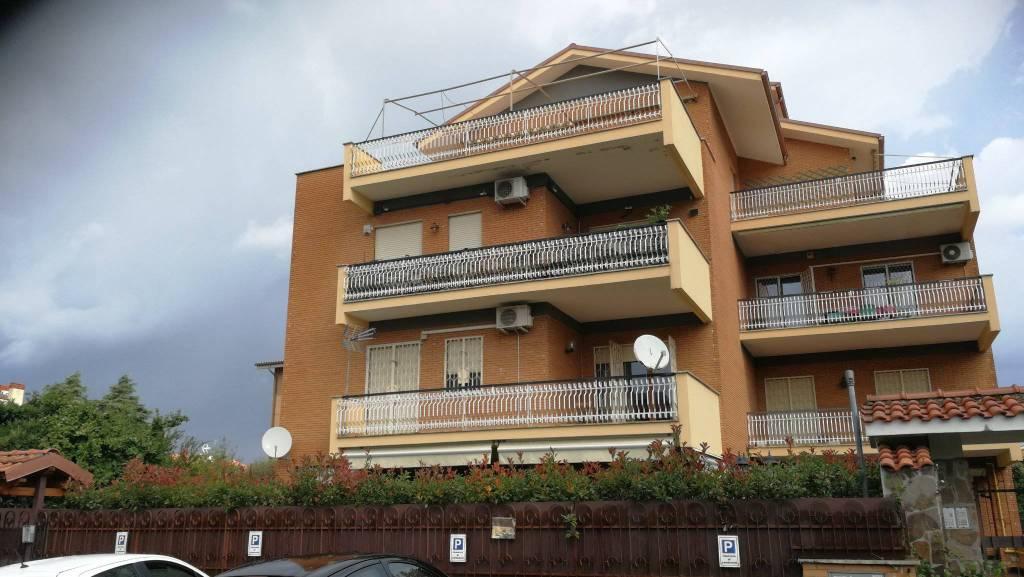 Appartamento in vendita 4 vani 144 mq.  via di Torre Morena Roma