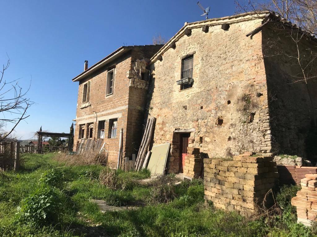 MONTEBUONO (RI):Casale con annessi e 4 ha di terreno