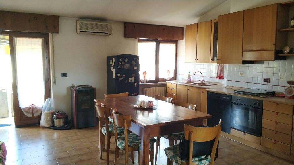 Appartamento in buone condizioni parzialmente arredato in vendita Rif. 8524794