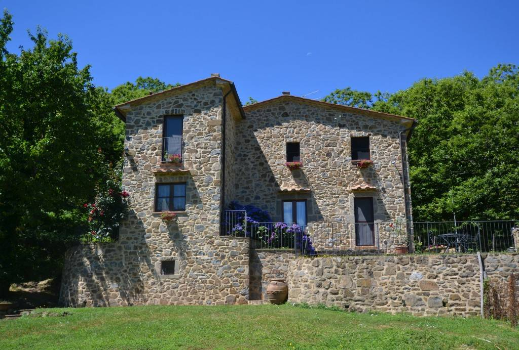 Casale in pietra in posizione assolata.
