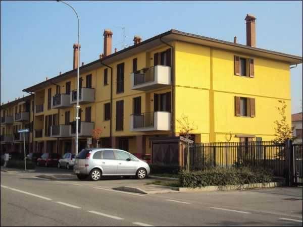 Appartamento in buone condizioni parzialmente arredato in affitto Rif. 8523054