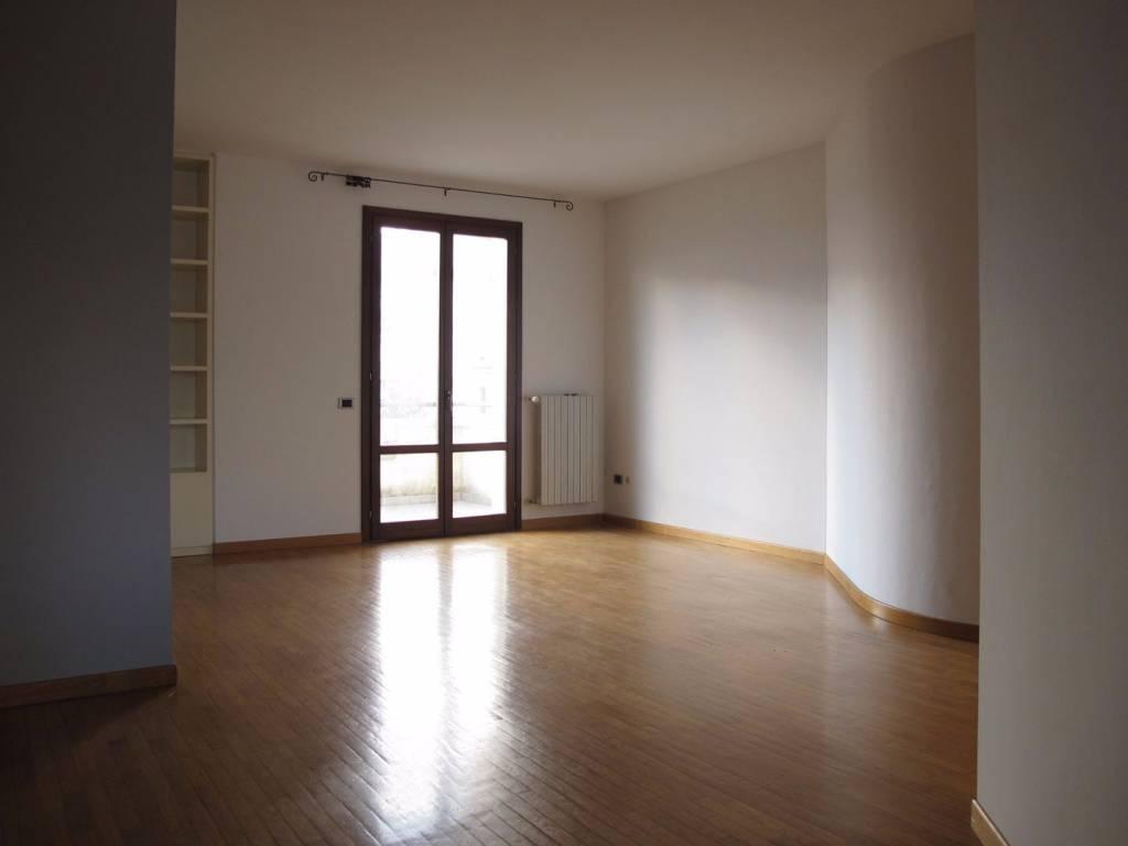 Appartamento parzialmente arredato in affitto Rif. 8590490