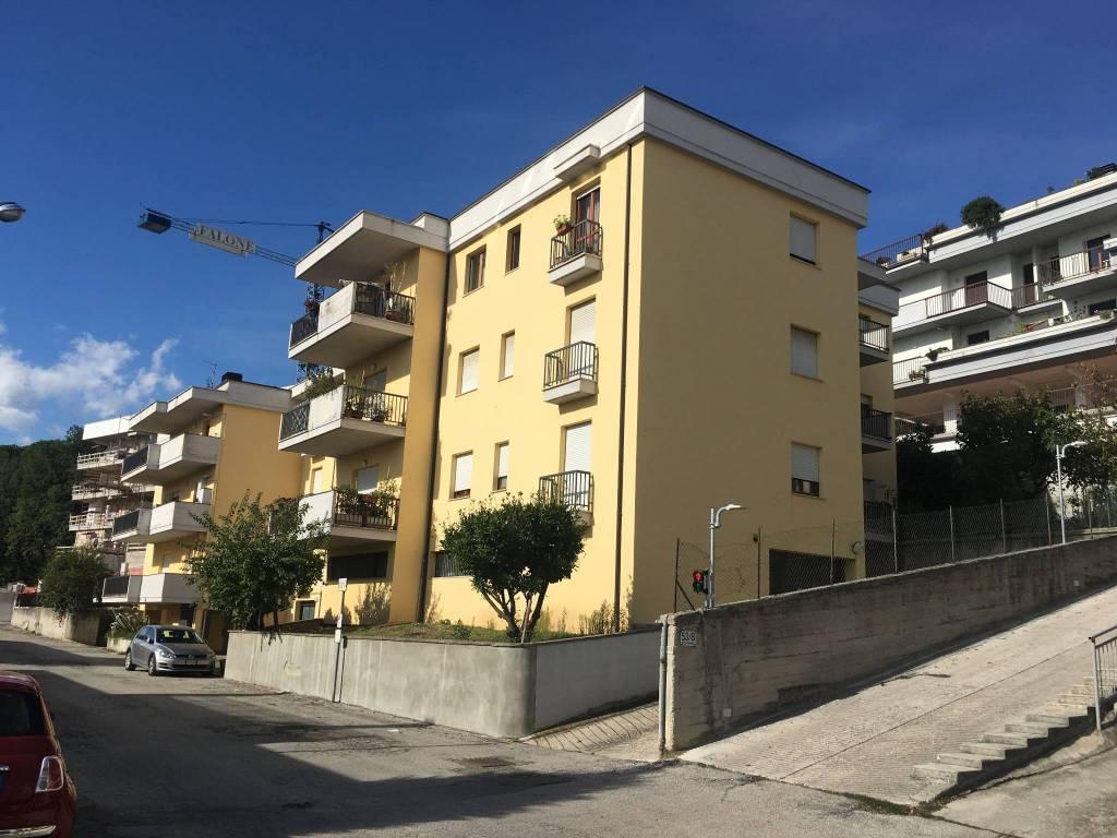 Appartamento in buone condizioni in vendita Rif. 8562432