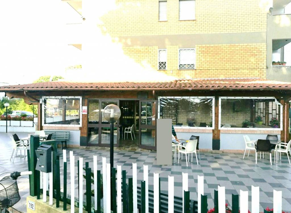 attività bar con veranda coperta
