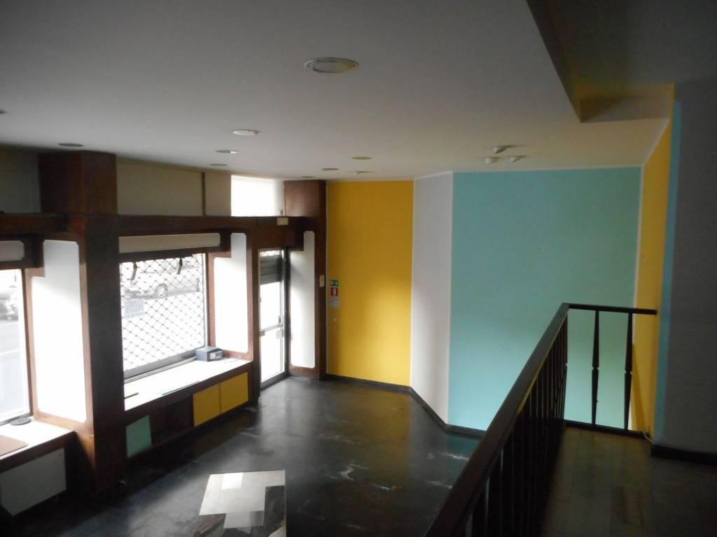 Fondo Commerciale con due vetrine zona centrale in affitto