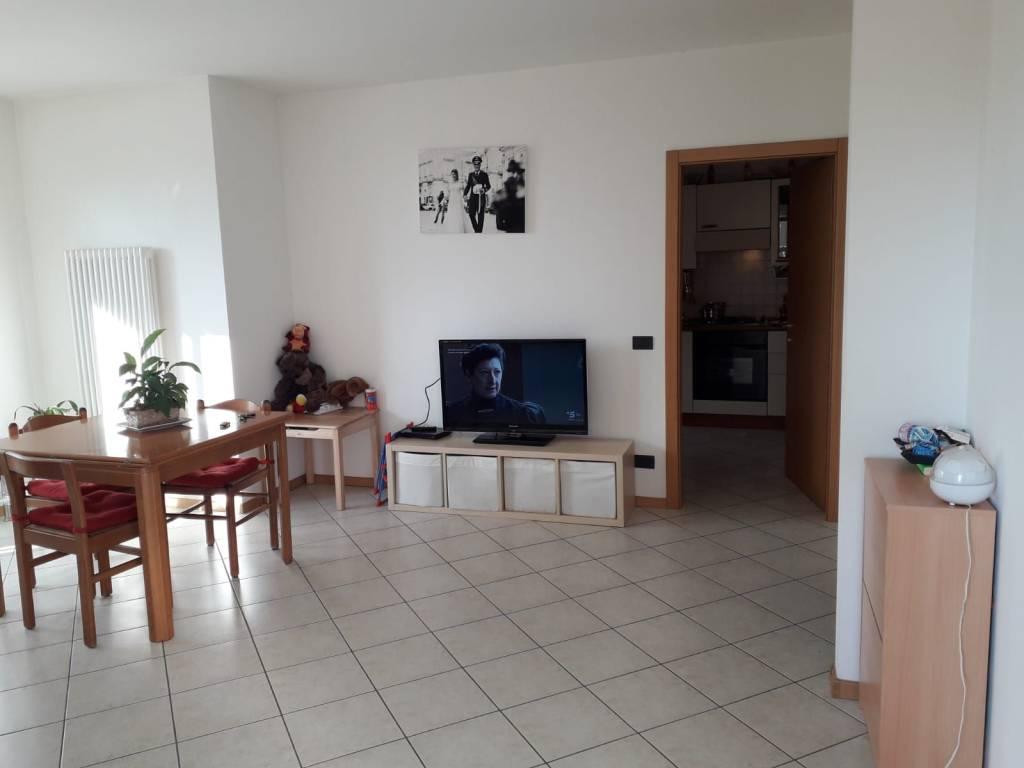 Appartamento in buone condizioni parzialmente arredato in affitto Rif. 8576538