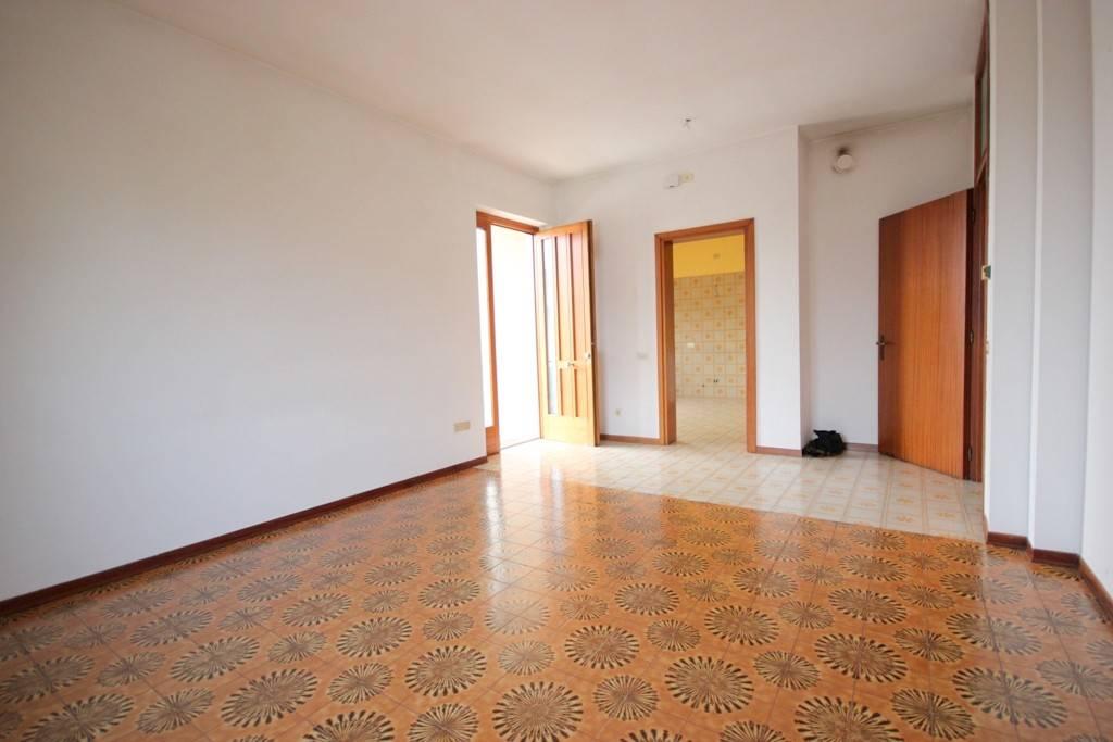 Appartamento in buone condizioni in affitto Rif. 8642845