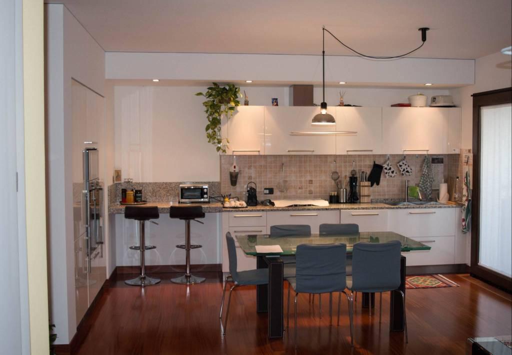 Appartamento in buone condizioni parzialmente arredato in vendita Rif. 8644604