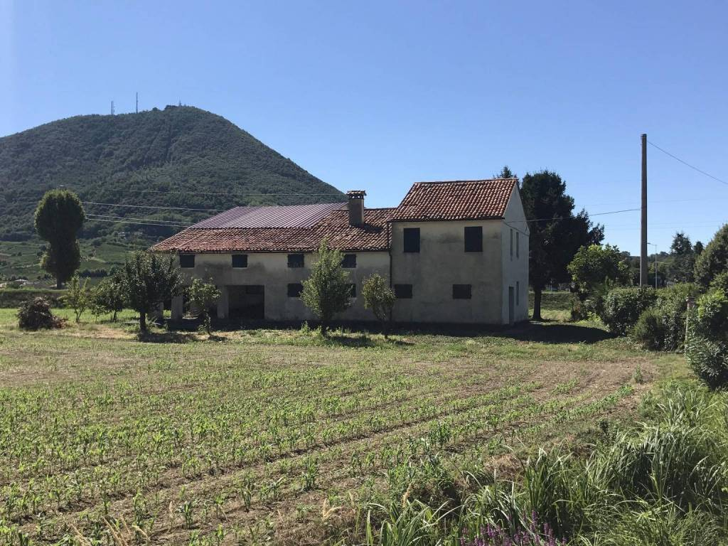 Rustico / Casale da ristrutturare in vendita Rif. 8639461