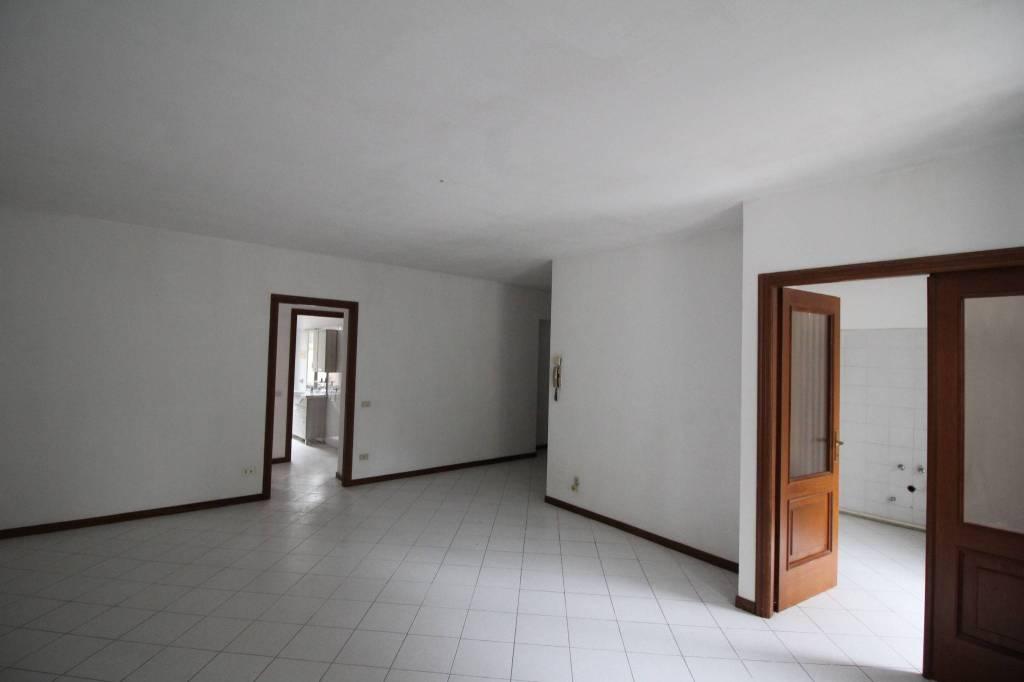 Appartamento in buone condizioni in affitto Rif. 8642662