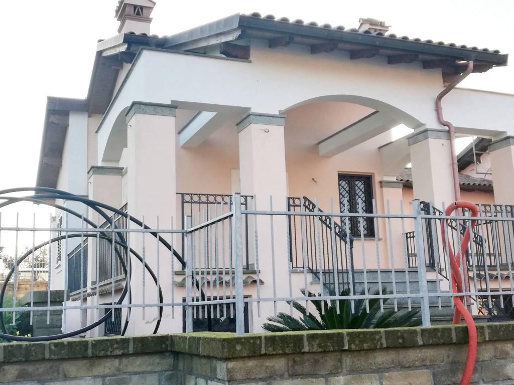 Villa in vendita a Bracciano, 6 locali, prezzo € 300.000 | CambioCasa.it