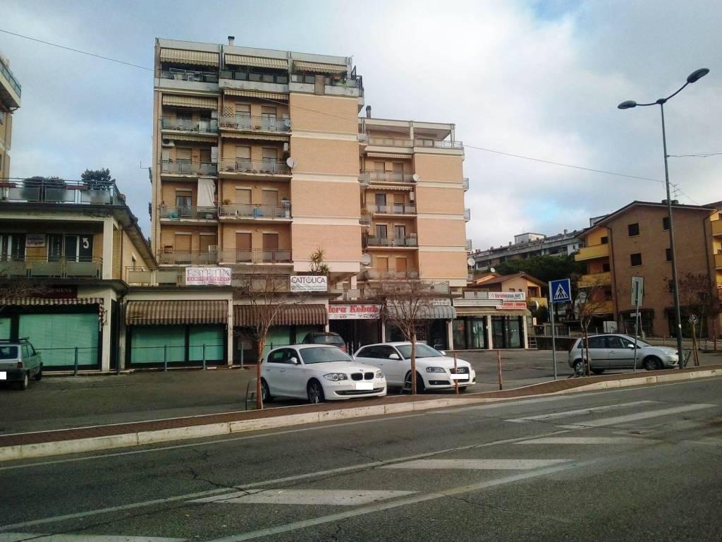 ELLERA: Centralissimo, molto visibile, fronte strada, parcheggi esterni, locale commerciale di mq 2