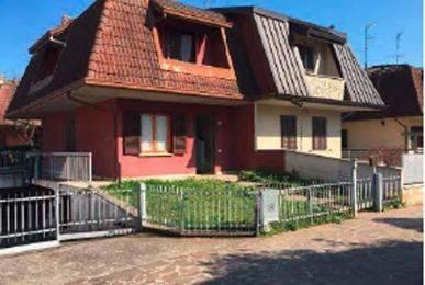 Appartamento in buone condizioni in vendita Rif. 8681002