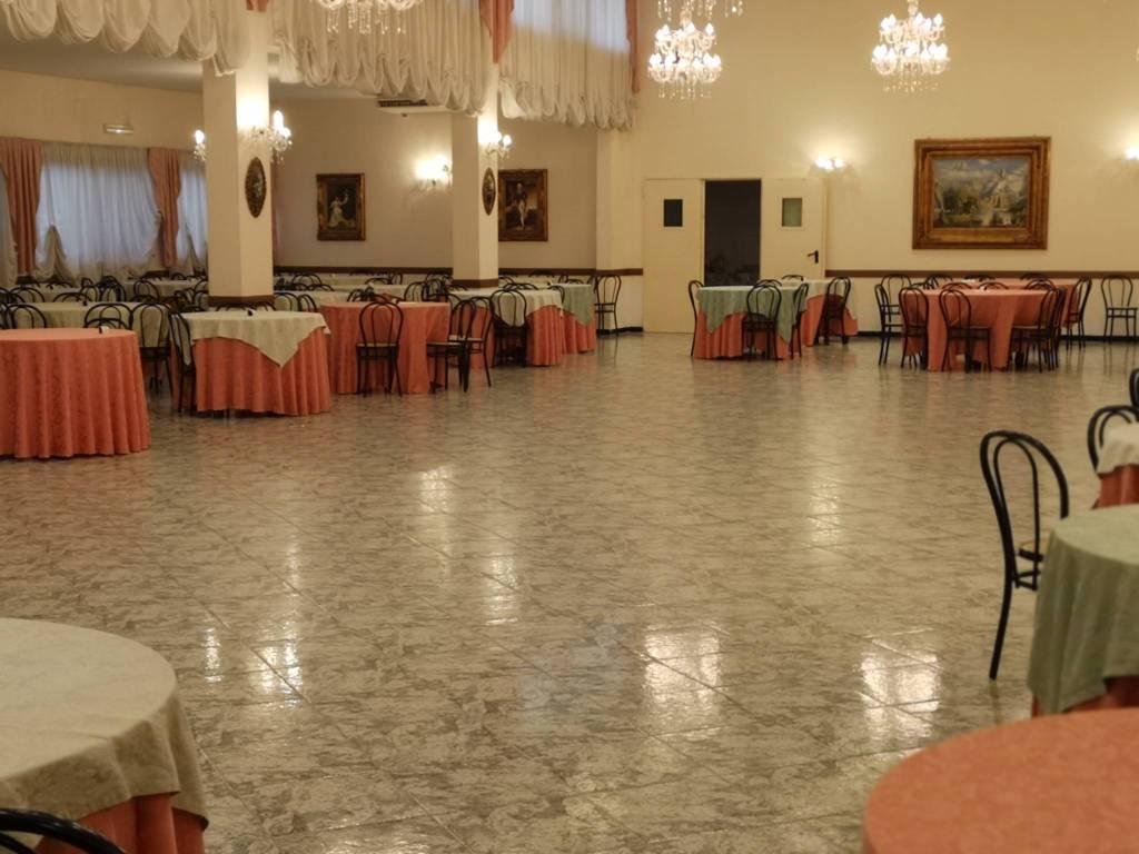 Bari, prestigioso ristorante con ampie sale, viale, giardino
