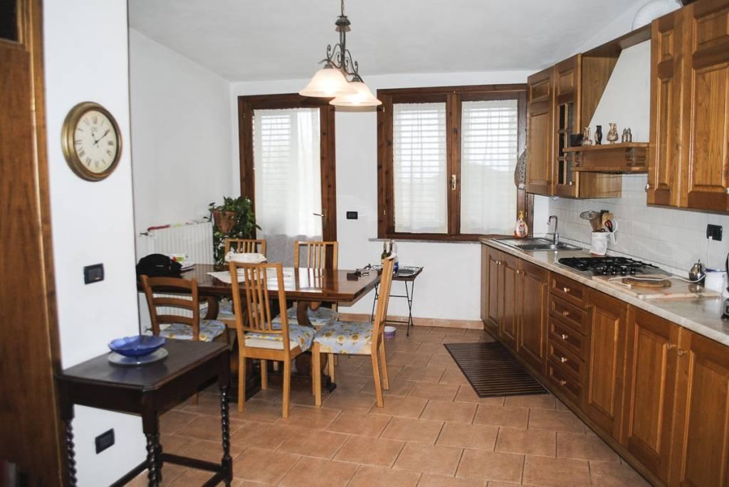 Appartamento in buone condizioni parzialmente arredato in vendita Rif. 8733193