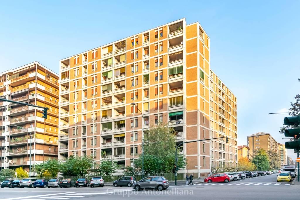 Immagine immobiliare In Via Gorizia angolo Via Boston, nel bel quartiere Santa Rita di Torino, in un moderno palazzo del 1969 con giardino condominiale, ascensore, portineria e videosorveglianza, vendiamo appartamento panoramico di 135 m² situato al 5° piano....