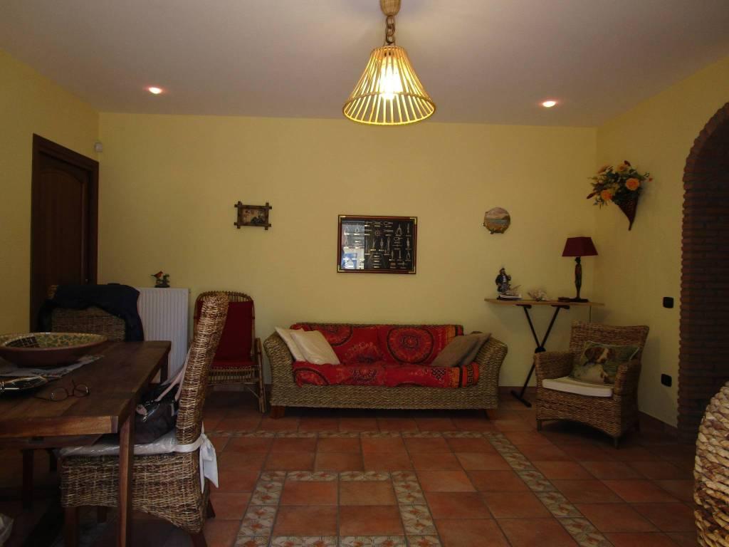 Appartamento in buone condizioni arredato in vendita Rif. 8733739
