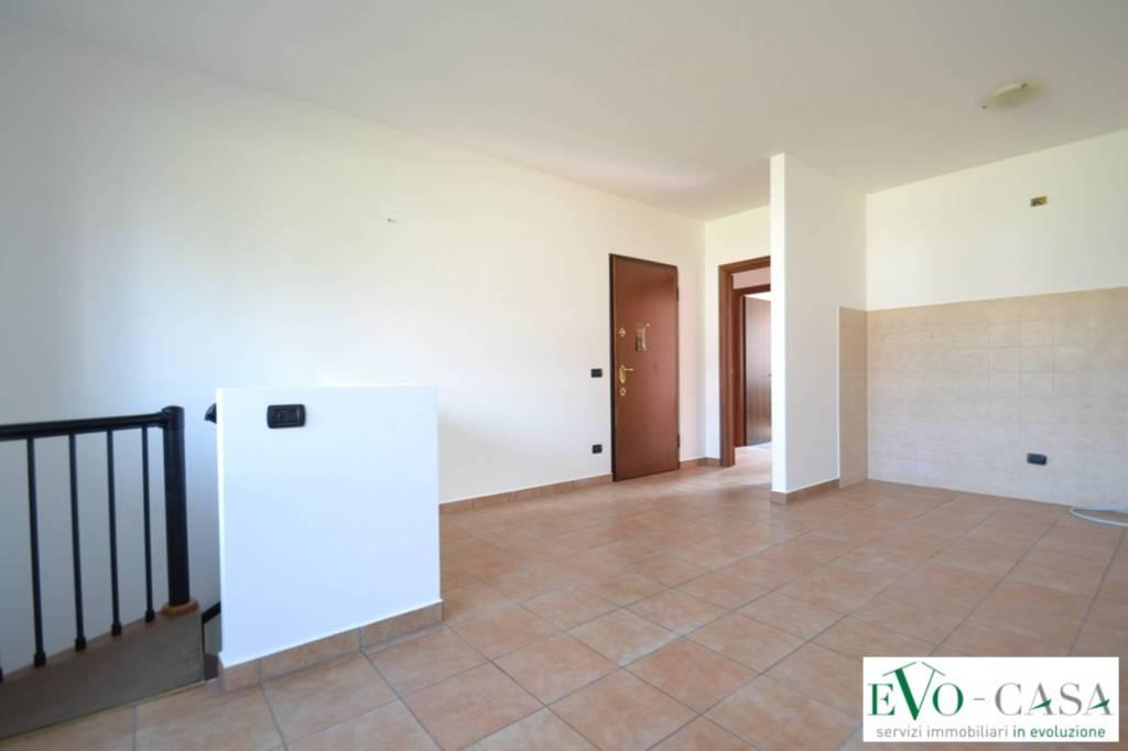 Appartamento in buone condizioni in affitto Rif. 8730776