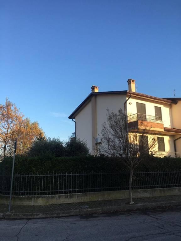 Villetta a schiera in buone condizioni parzialmente arredato in vendita Rif. 8757429