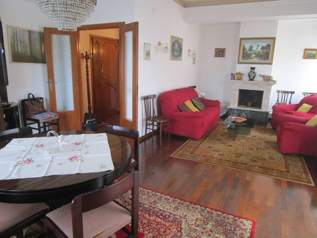 Appartamento in buone condizioni in vendita Rif. 9149924