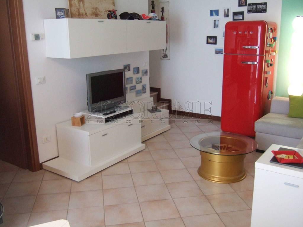 Appartamento in buone condizioni parzialmente arredato in vendita Rif. 8759405