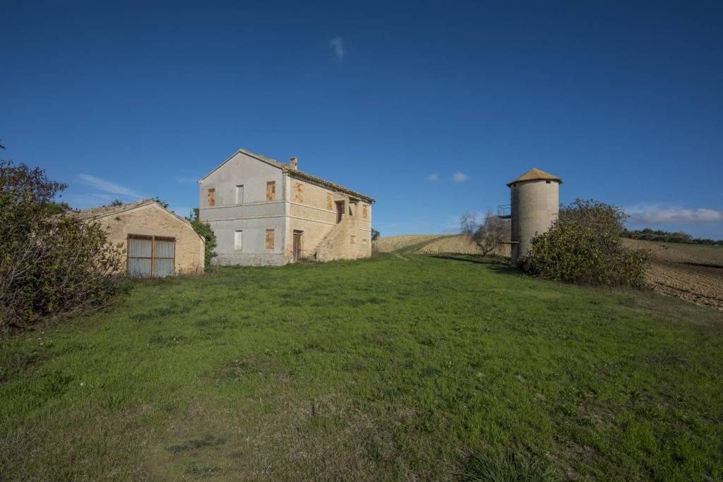 Rustico / Casale da ristrutturare in vendita Rif. 8778053
