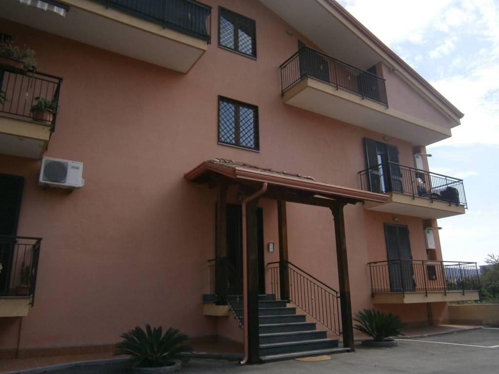 Appartamento in buone condizioni arredato in affitto Rif. 8776850