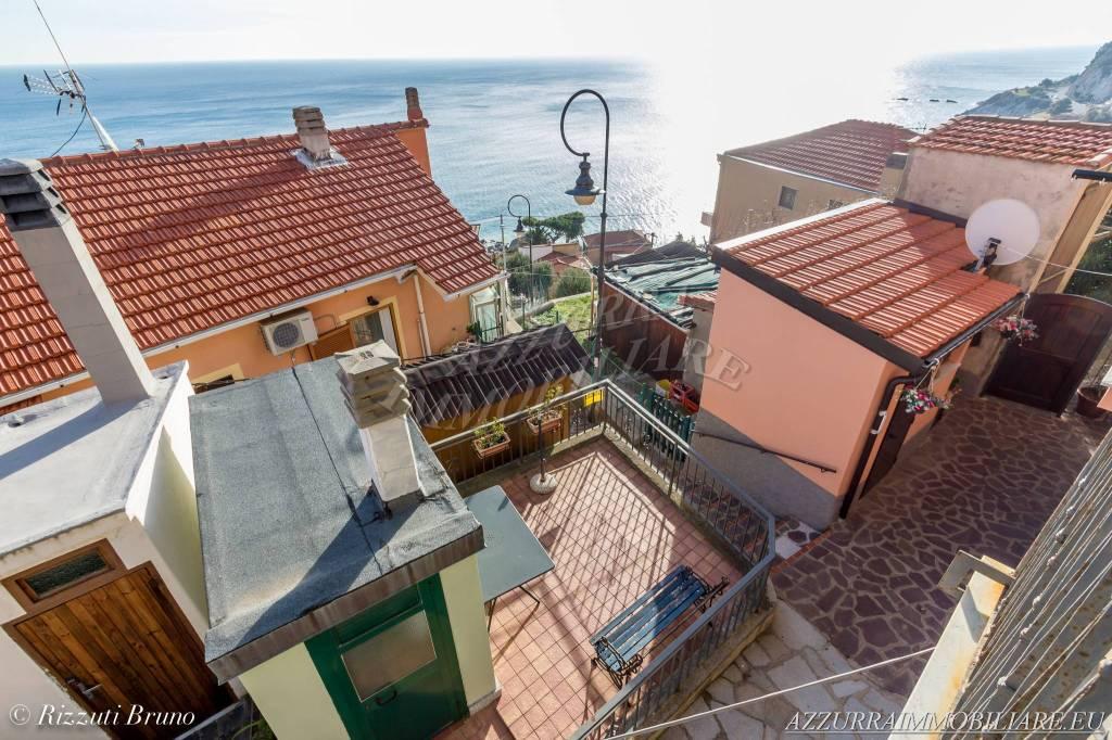 Bilocale ristrutturato con balcone e terrazza vista mare.