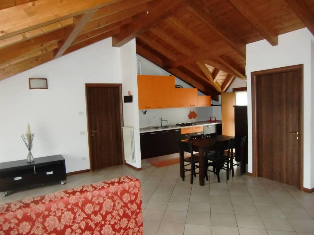 Appartamento in ottime condizioni parzialmente arredato in affitto Rif. 8803119