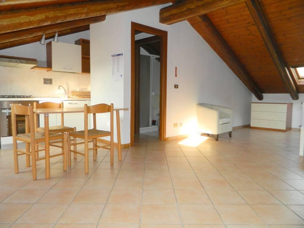 Attico / Mansarda in ottime condizioni parzialmente arredato in affitto Rif. 8815344