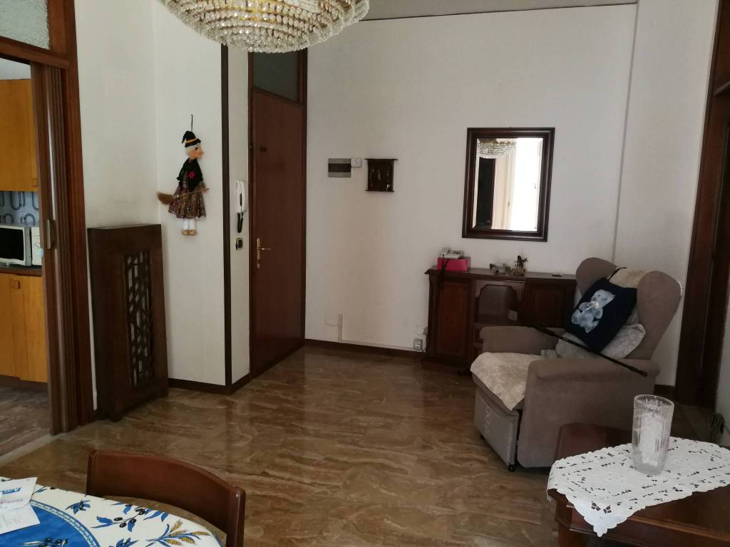 Appartamento parzialmente arredato in affitto Rif. 8815158