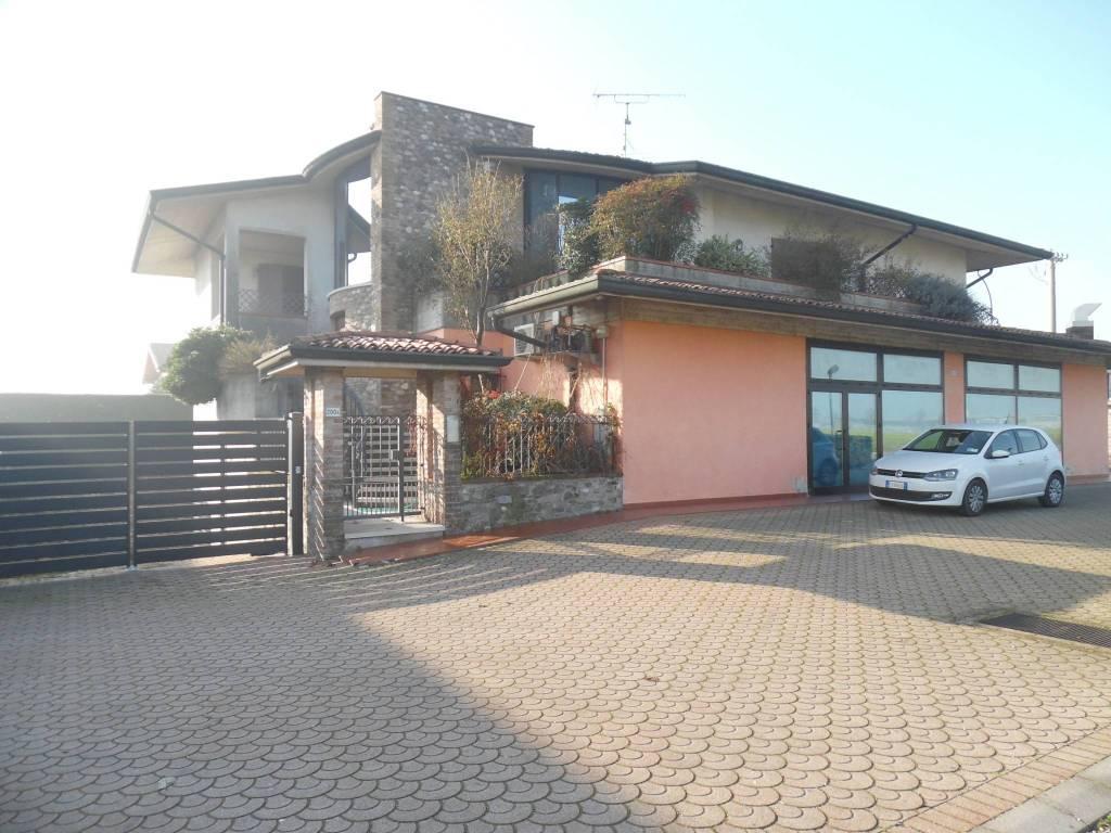Palazzo / Stabile in Vendita a Montichiari