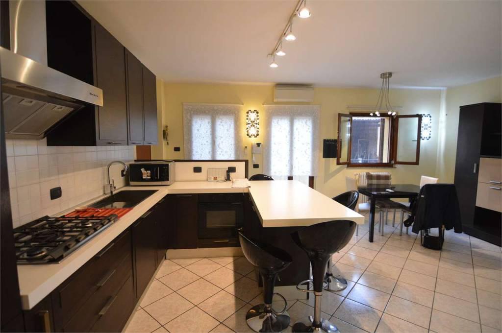 Appartamento in ottime condizioni in vendita Rif. 8214277