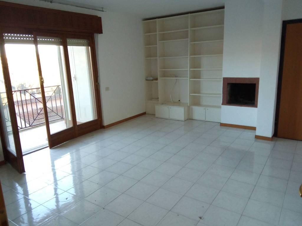 Appartamento in ottime condizioni parzialmente arredato in affitto Rif. 8834252
