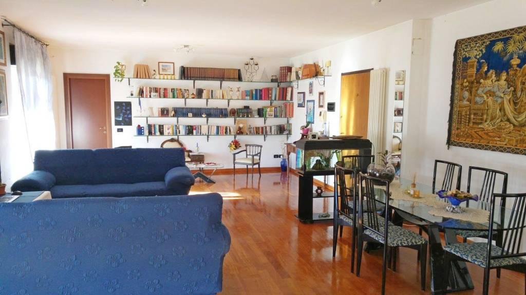 Appartamento in buone condizioni in vendita Rif. 8830103