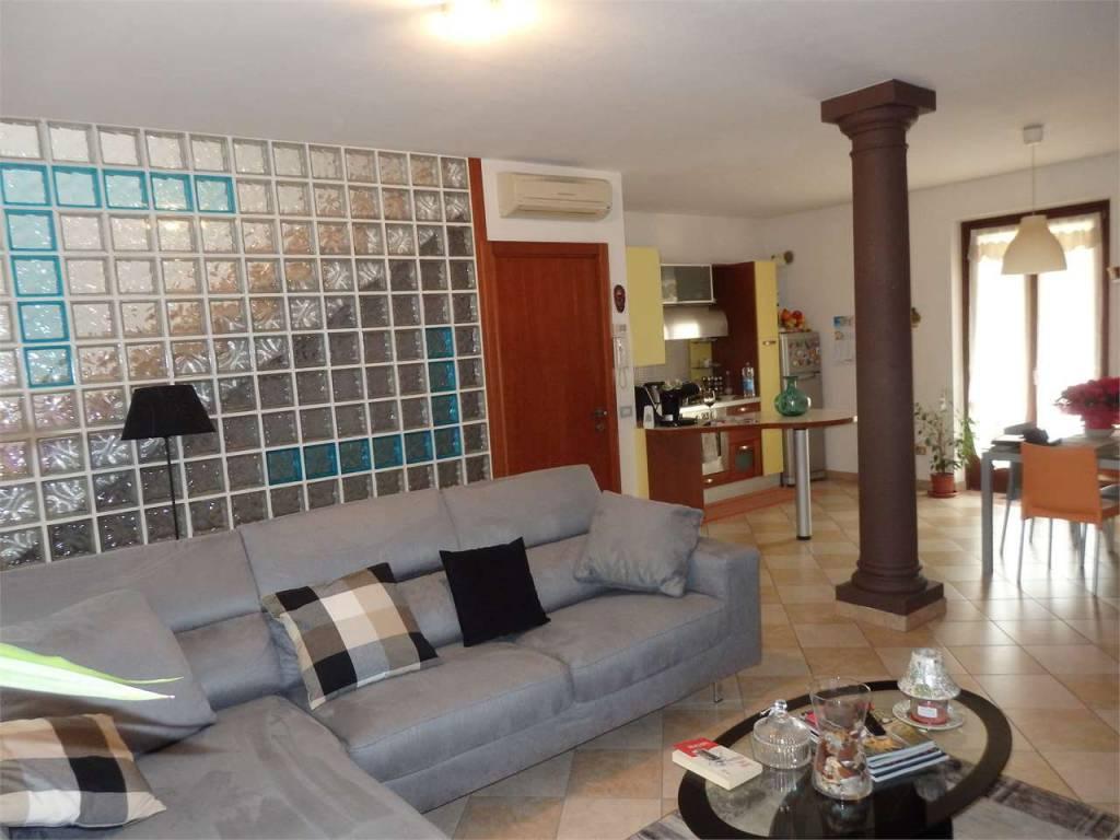 Appartamento in ottime condizioni parzialmente arredato in vendita Rif. 8849518