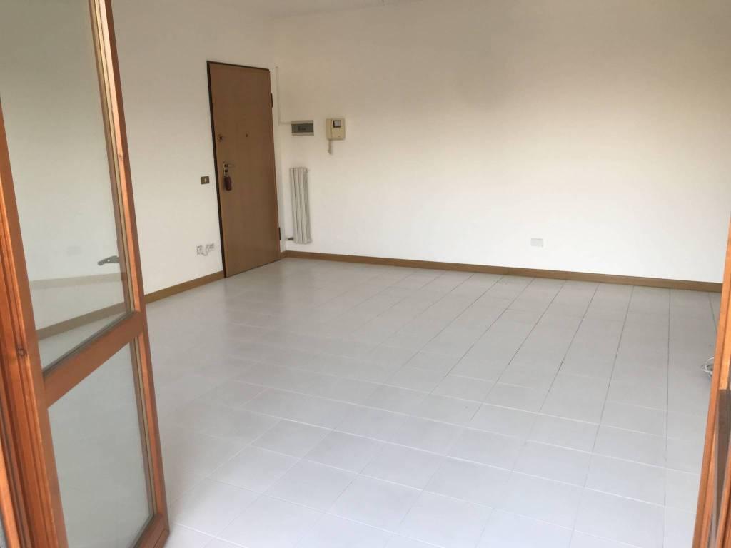 Appartamento in buone condizioni in affitto Rif. 8833356