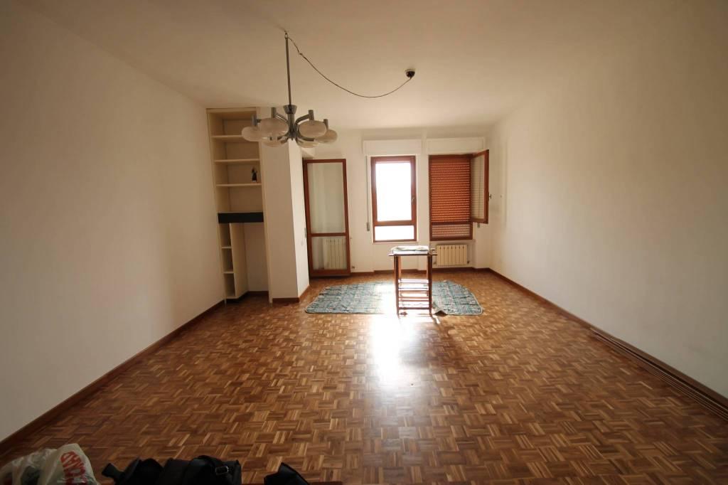 viale Serafini, appartamento di 140 mq, € 480