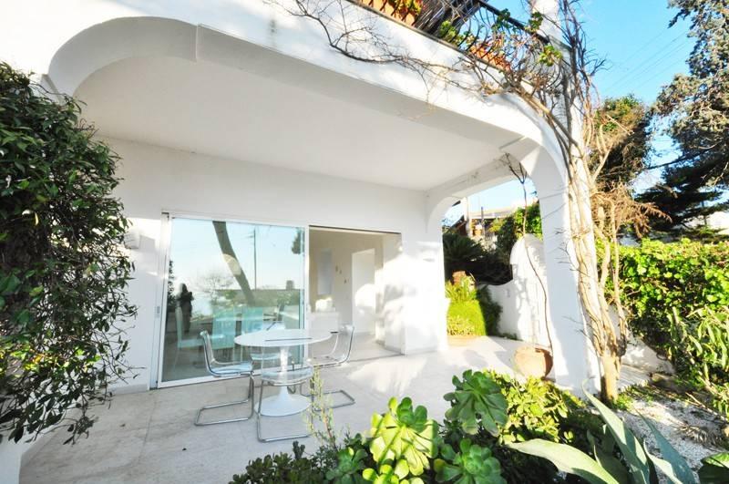 Capri. Appartamento con porticato, terrazzo e giardino