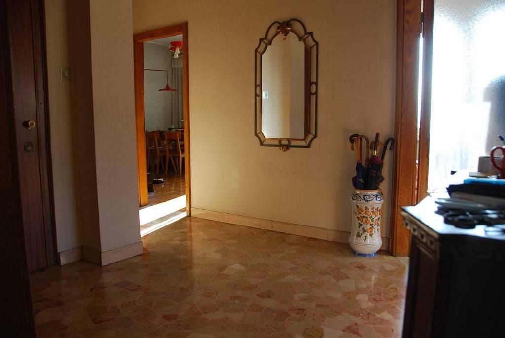 Appartamento da ristrutturare parzialmente arredato in vendita Rif. 8940087