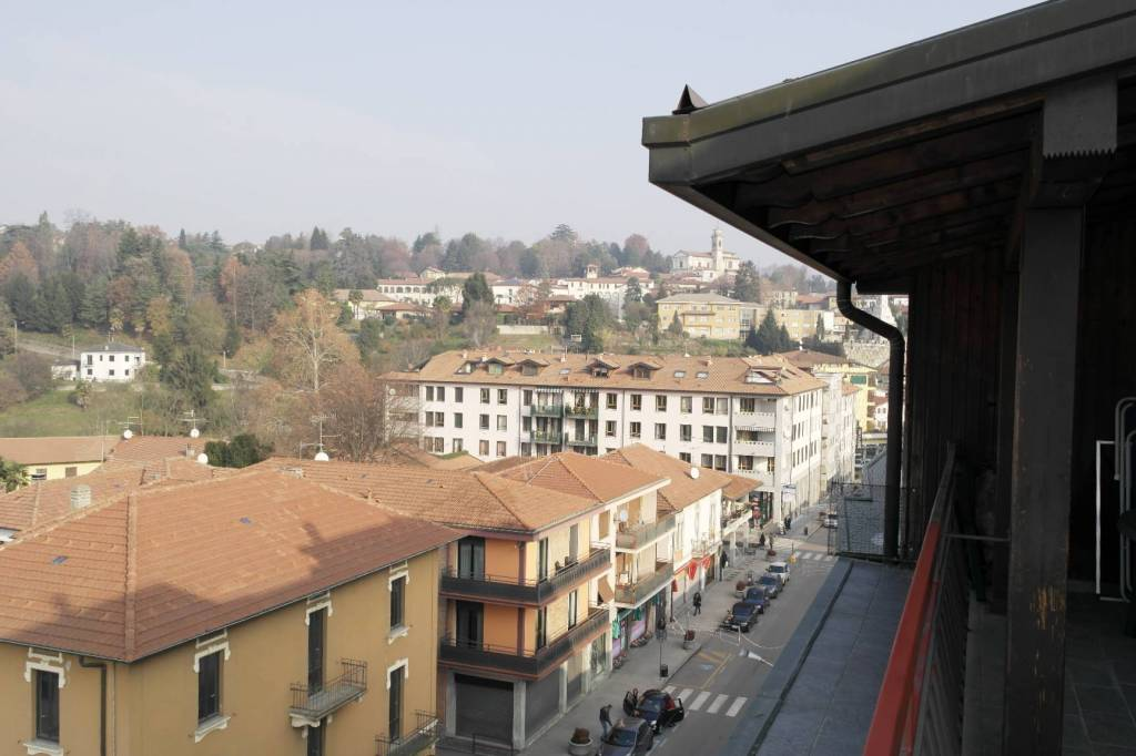 Besozzo centro:panoramico attico con terrazzo