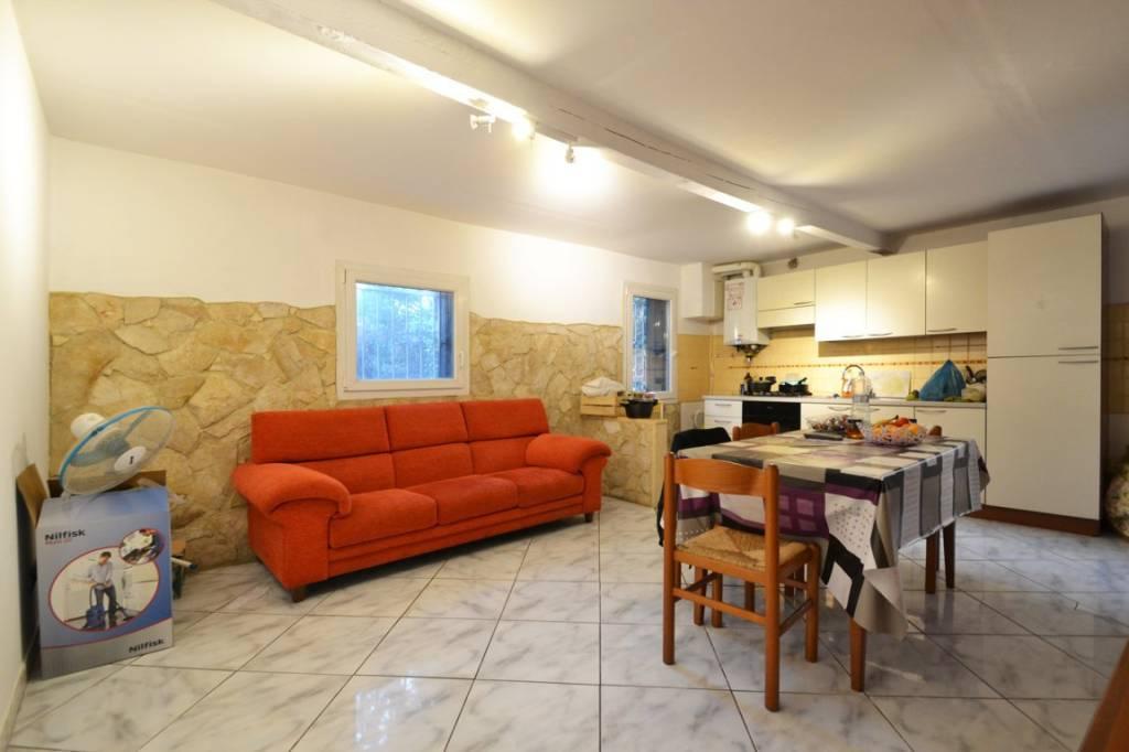 Appartamento in buone condizioni parzialmente arredato in vendita Rif. 8860808