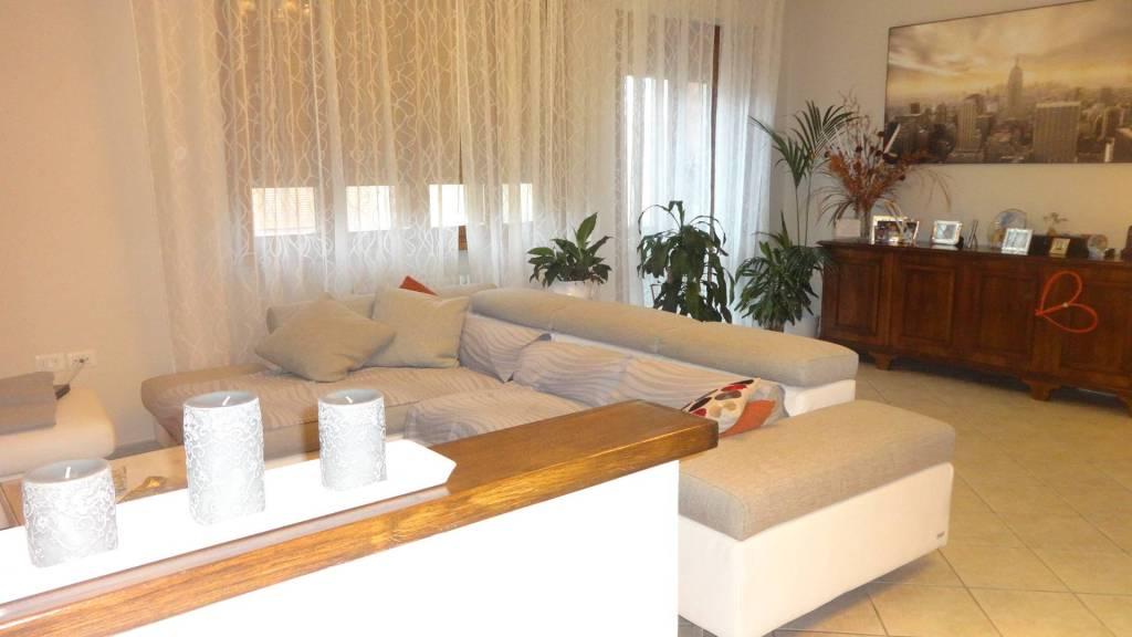 Appartamento in ottime condizioni in vendita Rif. 8860449
