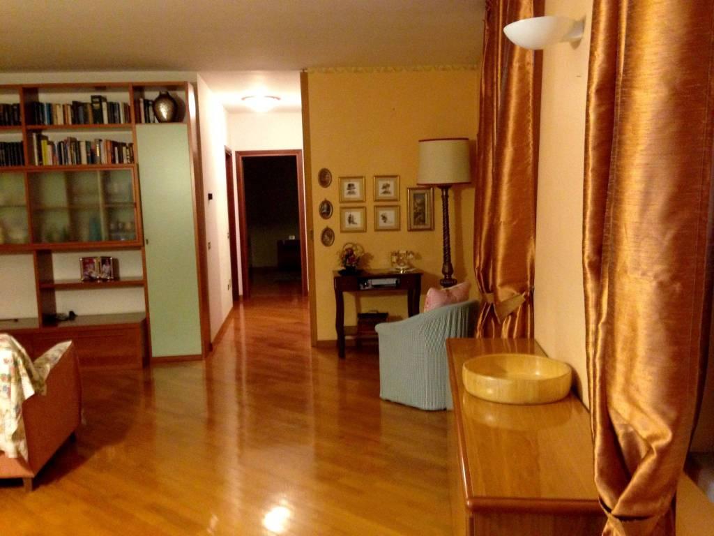 Appartamento in buone condizioni in vendita Rif. 8860498